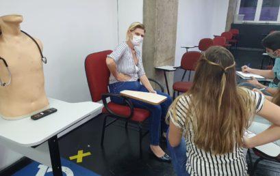 Aulas com atores profissionais simulam atendimentos médicos e preparam estudantes de medicina